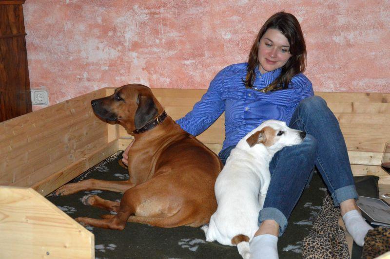 Nicht nur die Hunde finden die Wurfkiste super. Vor allem, wenn Rike darin sitzt und Krauleinheiten vergibt.